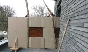 Große Kauri Wurzelholz Tischplatte in Transportkiste bei Anlieferung mit Kran