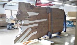 Ausgefallener Holztisch in Werkstatt Beaupoil aus Kauri Sumpfholz, besonderer Naturholztisch mit großer urwüchsiger Tischplatte, unvergleichliches Naturkunstwerk