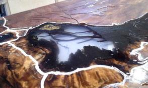 Große Wurzel Tischplatte bei Bearbeitung mit hochwertigem Epoxidharz in Werkstatt