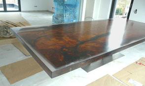 Großer Wohnzimmertisch Holztisch aus altem Kauri Holz aus Wurzel Stamm in transparentem Harz beim Kunden mit Edelstahl Fußgestell