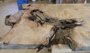 Besondere Naturcharakteristik der großen Esstisch Wurzelplatte aus Kauri Holz, urwüchsiger Natur Holztisch, außergewöhnlicher und hochwertiger Designertisch, repräsentativer Konferenztisch