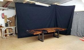 Werkstattfoto vom großen Esstisch aus altem Kauri Holz