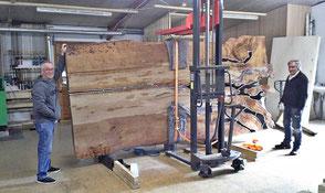 Große Kauri Holztisch Platte in Werkstatt Beaupoil, spezielle Naturholztische kunstvoller Natur, einzigartige Esstische