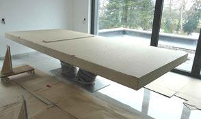 Großer Kauri Wurzel Holztisch in Schutzkiste beim Kunden