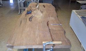Tischplatte urwüchsig unbearbeitet mit besonderen Naturmerkmalen, Kauri Holz bietet beste Voraussetzungen für einen außergewöhnlichen Holztisch