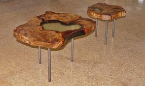 Designer Holztisch als besonderer Couchtisch aus altem natürlichem Kauri Wurzelholz, faszinierender Designertisch mit Naturkanten und Epoxidharz