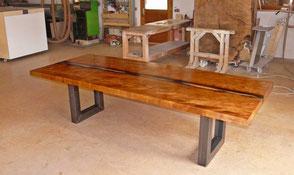 Kauri Esstisch mit einzigartigem Flusslauf, besonderer Holztisch Epoxidharz gefüllten Naturkanten, Tischplatte aus wunderschönem Baumstamm