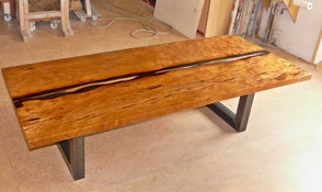 Kauri Esstisch mit langer Baumstamm Tischplatte und Epoxidharz Flusslauf,  außergewöhnlicher Holztisch als Eyecatcher, Esstisch mit einzigartige Naturkanten