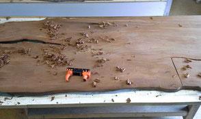 Bearbeitung der Kauri Tischplatte von Hand, handgefertigter Wurzel Holztisch Esstisch aus massivem tausendjährigem Sumpfholz Neuseeland