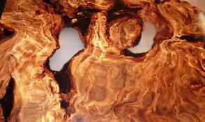 Designer Couchtisch mit Epoxidharz, pflegeleichtes Natur Kunstwerk aus Kauri Wurzel, hochwertiger Holztisch