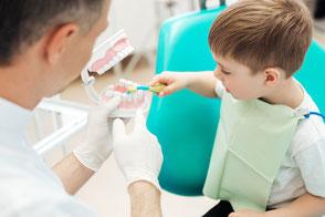 Kleinkind, Kind, Zahnarztbesuch, Zahnarzt Termin, positive Kommunikation, Zahnarztstuhl