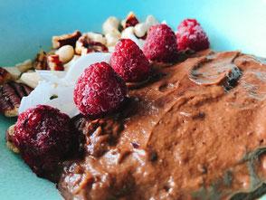 Gezonde chocoladevla; avocado; dadels; cacao; fruit