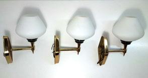 3 Appliques laiton doré et verre opalin, 1960