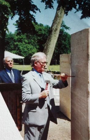 En 1998, Raymond Loisel, maire de Vélizy-Villacoublay donne le premier coup de burin à la sculpture.
