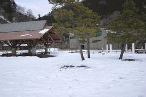 奥多摩湖 水と緑のふれあい館前の広場