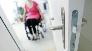 Mit dem Rollstuhl zu Hause wohnen dank Plattformlift