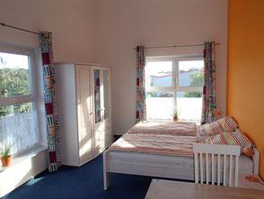 """Doppelzimmer """"Orange"""" der Ferienwohnung Käppler - auch als Fremdenzimmer mit Küche, Bad und Dachterrassen-Mitbenutzung - Foto ÄPPER FeWo, Stade"""