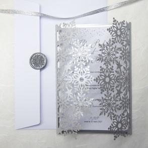 Faire-part de mariage hivernal avec flocons de neige en découpe laser