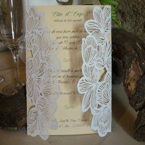 Faire-part mariage fleurs blanche effet dentelle en papier ciselé