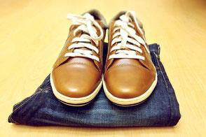 saarclean, Schuhreparatur-Service, gelber Hintergrund, Jeans mit braunen Schuhen