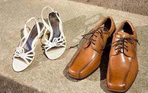 saarclean, Schuhreparatur-Service, weiße Damenschuhe neben hellbraunen Herrenschuhen