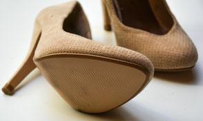 saarclean, Schuhreparatur-Service, hellbeige Damenschuhe, bei einem sieht man die Sohle