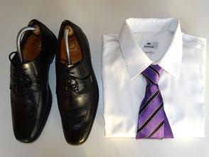 saarclean, Schuhreparatur-Service, schwarze Herrenschuhe neben Hemd mit Krawatte
