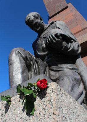 Eine Rote Rose auf dem Sockel des Knieenden Rotarmisten. Sowjetisches Ehrenmal Berlin-Treptow. Foto: Helga Karl