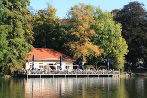 Direkt am Wasser unter Herbstbäumen: Cafe am Lietzensee. Foto: Helga Karl