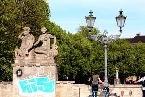 Figurengruppe auf der Carl-Zuckmayer-Brücke mit Blick auf Rudolph-Wilde-Park mit Hirschbrunnen. Foto: Helga Karl