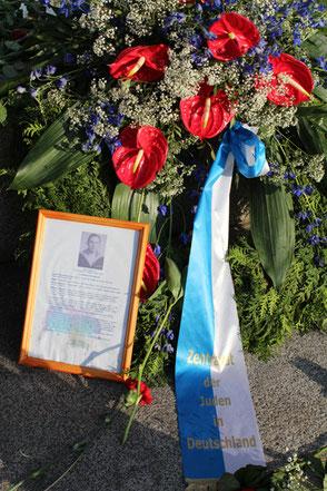 Blumengebinde vom Zentralrat der Juden in Deutschland am Sowjetischen Ehremal Treptower Park am 9. Mai. Foto: Helga Karl