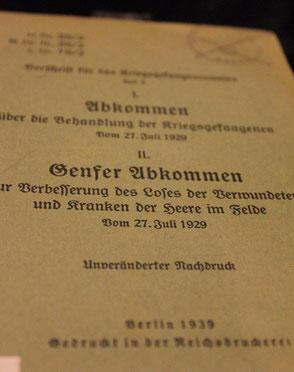 """""""Genfer Abkommen"""" vom 27.Juli 1929. Foto Titelblatt des  ausgestellten Exemplars im Museum Karlshorst in Berlin. Foto: Helga Karl"""