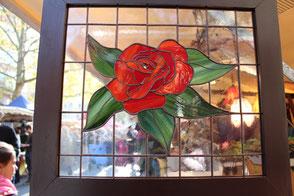 Blick auf den Kollwitzmarkt durch das Tiffanybild Rote Rose. Foto: Helga Karl