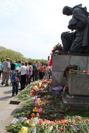Umgeben mit Blumen, der knieende Soldat Sowjetisches Ehrenmal Berlin-Treptow am 9.Mai 2015. Foto: Helga Karl