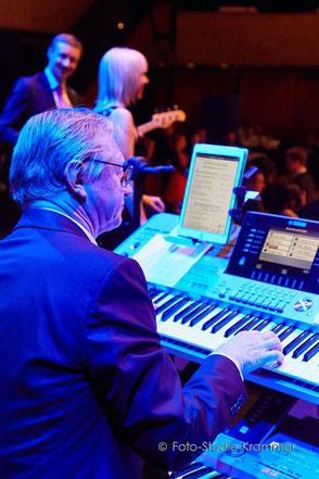 Keyboarder Helmuth mit der Sound Express Coverband