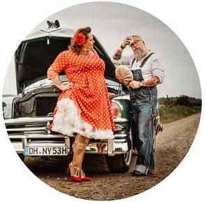 Fotoshooting Worpswede. Storytelling. Zeitreise 1960er Jahre Fotoshooting. Oldtimer und polka dots. Autopanne