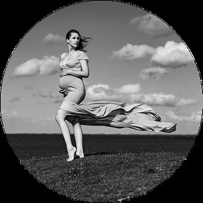 Outdoor Fotoshooting. Babybauch. Schwangere Frau in weißem Kleid. Blumen im Haar. Langwarder Groden Fotos