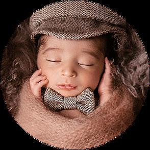 Fotoshooting Oldenburg. Babyfotos. Neugeborene. Zuckerschnute. Schlafendes Baby. Babygirl mit Blumen