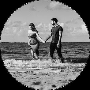 Fotoshooting in Dangast, verliebtes Paar tanzt. Leichtigkeit. Meer