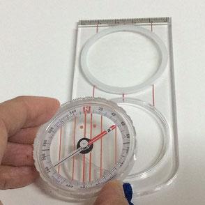 レンズ付きプレートに取り外した磁針カプセルをはめます