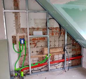 Passage des gaines électriques derrière la cloison placo pendant la rénovation électrique d'une salle de bain à Albertville 732000, réalisée par ADRELEC 73, électricien