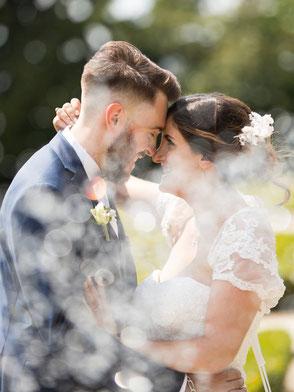 Photo de  mariés à auvers sur oise; regard complice, filtre naturelle d'une fontaine