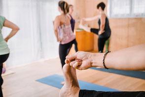 Beim Yoga bringen wir Wärme in unseren Körper, gehen in Dehnung, weiten unsere Beweglichkeit und Flexibilität aus. Gleichzeitig dehnen wir auch unsere geistigen Möglichkeiten aus, kommen zur Ruhe, vergessen Stress, Unruhe und Anspannung.