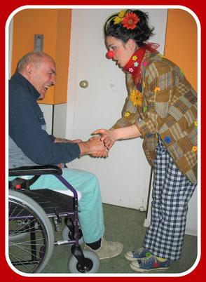 Der Clown Angelina Haug begann schon mit 25 Jahren ihre Karriere als therapeutische Clownin. Ihre erste Clownsvisite hatte sie in einem Pflegeheim in Stuttgart
