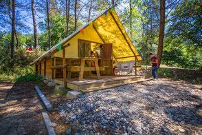 Cabane-tente Trappeur avec salle de bain, mezzanine et poêle à bois pour 2 à 5 personnes