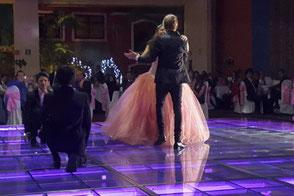 Bailando sobre pista iluminada