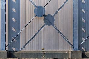 FORM-dreieck-metall-blau-metall-schatten