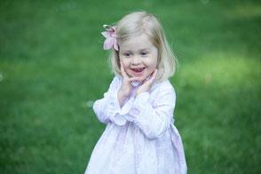 romantisches-Kinderkleid-Alice-Rüschen-Barockmuster-altrosa-beige-Sonntagskleid