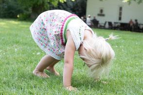 Gehäkelte-Kinderkleider-Grün-rosa-Baumwolle-Blumenmuster-Sonntagskleid