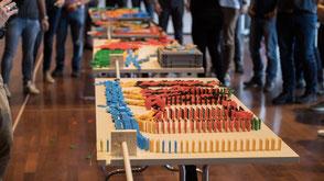 Ein Teamevent der begeistert: Dominoworkshop mit 100'000 Steinen.